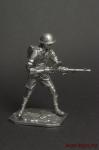 Солдат 8-ой Британской армии,Африка,1941-42 гг,стреляет из пулем - Оловянный солдатик. Чернение. Высота солдатика 54 мм