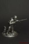 Немецкий солдат,2-ая мировая,на колене,с винтовкой - Оловянный солдатик. Чернение. Высота солдатика 54 мм